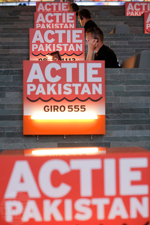 In het Nederlands Instituut voor Beeld en Geluid in Hilversum verzamelt een telefoonteam de donaties voor de actie van de Samenwerkende Hulporganisaties (SHO) voor de watersnoodramp in Pakistan. Via een televisieactie worden Nederlanders opgeroepen om geld te geven via Giro 555. Marco Borsato en Jan van Doggenaar van de SHO gaven op donderdagochtend de aftrap voor de actie.<br /> <br /> At the museum for media in Hilversum a call center is taking calls for a donation to the victims of the flooding in Pakistan. The cooperation of aid reliefs is asking people in The Netherlands to donate. Famous Dutchmen are supporting the fund raising.