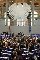 19 DEC 2003, BERLIN/GERMANY:<br /> Uebersicht des Plenarsaales Namentliche Abstimmung, Sondersitzung des Bundestages zur Abstimmung ueber das Reformpaket zu Steuern und Arbeitsmarkt, Deutscher Bundestag<br /> IMAGE: 20031219-01-053<br /> KEYWORDS: Übersicht, Plenum, Bundesadler