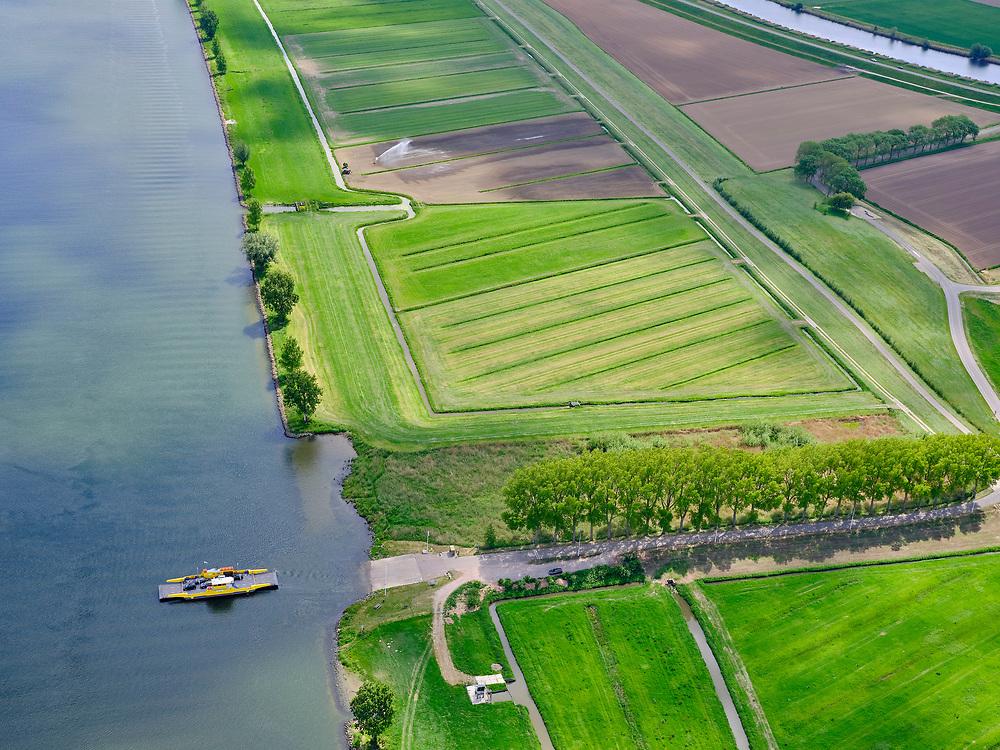 Nederland, Noord-Brabant, Bergsche Maas, 14-05-2020; Capelse Veer over de Bergse Maas : Dussen – Sprang-Capelle, rechts  Overdiepsche polder (Overdiepse Polder).<br /> Capelse Veer across the Bergse Maas: Dussen - Sprang-Capelle, right Overdiepsche polder (Overdiepse Polder).<br /> luchtfoto (toeslag op standard tarieven);<br /> aerial photo (additional fee required);<br /> copyright foto/photo Siebe Swart