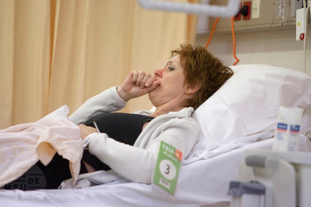 Een slachtoffer ligt op de verpleegafdeling. In het Calamiteitenhospitaal in Utrecht wordt een rampenoefening gehouden. De nadruk ligt op de contaminatie, door een gekantelde vrachtwagen zijn veel slachtoffers in aanraking gekomen met een chemische stof. Voor het eerst wordt er geoefend met een zogenaamde decontaminatietent. Als de tent bevalt, schaft het ziekenhuis zo'n tent aan. Bij de 'ramp' zijn 100 slachtoffers gevallen.<br /> <br /> A patient is lying in bed. In the Trauma and Emergency Hospital in Utrecht an calamity training was held. The emphasis is on the contamination by an overturned truck, many victims are contaminated by a chemical. For the first time a so-called decontamination tent was used. If the tent fulfills the expectations, a tent will be purchased. The 'calamity' caused 100 victims.