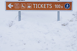 THEMENBILD - Wegweiser zum Ticketschalter zum Skifahren, aufgenommen am 18. Januar 2021 in Kaprun, Österreich // Signpost to the ticket office for skiing, Kaprun, Austria on 2021/01/18. EXPA Pictures © 2021, PhotoCredit: EXPA/ JFK