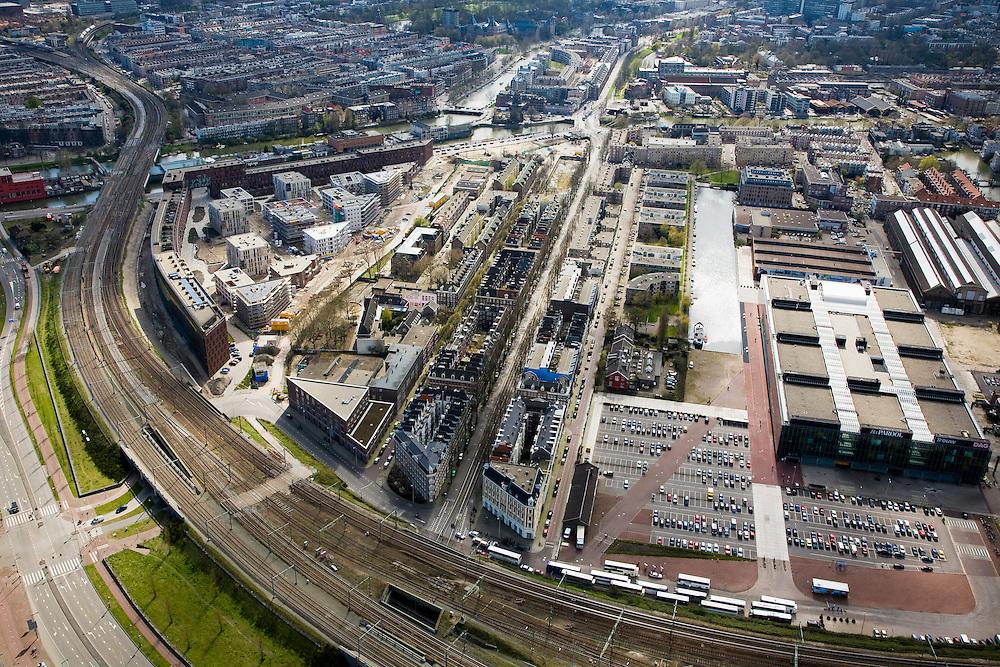 Nederland, Amsterdam, Czaar Peterstraat, 16-04-2008; oostelijk deel  van het Centrum, Czaar Peterstraat-buurt met in het midden diagonaal de Czaar Peterstraat (met op de kop van de straat huizenblokken); links een nieuwe wijk, de nieuwbouwwijk het Funenpark met daar achter - naar boven toe de Dapperbuurt; rechts van de Czaar Peterstraat de Conradstraat en het water van de Oostenburgervaart en het parkeerterrein van het INIT gebouw  (zie ook verdere INIT luchtfoto's); onder in beeld de sporen van en naar het Centraal Station..luchtfoto (toeslag); aerial photo (additional fee required); .foto Siebe Swart / photo Siebe Swart.