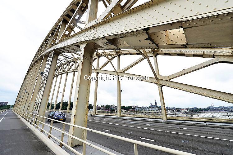 Nederland, Nijmegen, 3-8-2017De oude Waalbrug uit 1936 . Binnenkort gaat deze brug gedeeltelijk dicht vanwege hoognodig groot onderhoud. De brug is flink aan het roesten en het wegdek is slecht. Ook de verf is op een groot deel verdwenen.FOTO: FLIP FRANSSEN
