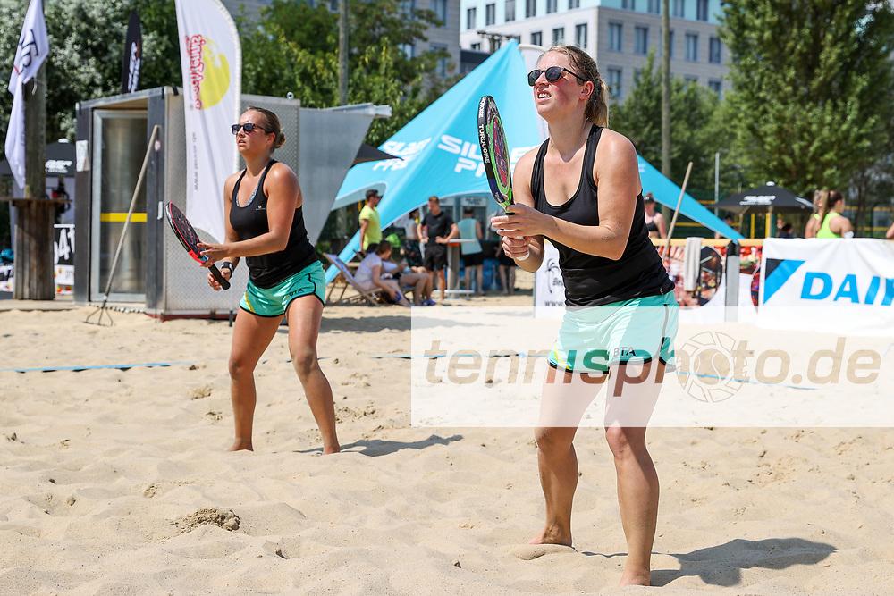 Margarete Pelster und Ria Dörnemann, Deutsche Team-Meisterschaften (DTM) Beach-Tennis 2020, Berlin, Beach-Mitte, 19.07.2020, Foto: Claudio Gärtner