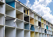 Nederland, Nijmegen, 6-5-2013Flats, maisonnettes uit de jaren 70, worden gesloopt om plaats te maken voor vervangende nieuwbouw. 20 gerenoveerde maisonnettes in deze wijk Malvert in Nijmegen worden direct toegewezen aan werkende jongeren die ingeschreven staan bij opmezelfwonen.nlDe wijk ligt in het stadsdeel Dukenburg, wat een typische stadsuitbreiding was eind jaren 60, begin jaren 70. Hoogbouw gecombineerd met laagbouw.Foto: Flip Franssen/Hollandse Hoogte