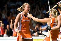 AMSTELVEEN -  Vreugde bij Maartje Paumen nadat ze de score heeft geopend, zondag tijdens de tweede poulewedstrijd van het Europees kampioenschap hockey tegen Engeland in het Wagener Stadion in Amstelveen. Rechts Kim Lammers. Nederland wint de wedstrijd met 5-0 met 4 doelpunten van Paumen.