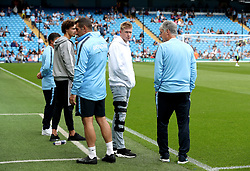 Manchester City's Kevin De Bruyne (centre) with co-assistant coach Brian Kidd before the Premier League match at the Etihad Stadium, Manchester.