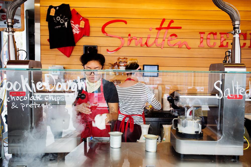 Smitten Ice Cream aan Octavia Street in San Francisco bereidt het ijs met vloeibaar stikstof. De Amerikaanse stad San Francisco aan de westkust is een van de grootste steden in Amerika en kenmerkt zich door de steile heuvels in de stad.<br /> <br /> Smitten Ice Cream at Octavia Street in San Francisco prepares its ice cream with liqued nytrogen. The US city of San Francisco on the west coast is one of the largest cities in America and is characterized by the steep hills in the city.