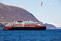 Det nye hurtigruteskipet MS Roald Amundsen på prøvetur på Sunnmøre i påsken.