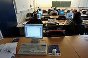 Nederland, Nijmegen, 22-5-2003..Zelfstudie lokaal met computers in de faculteit wiskunde en natuurkunde. Informatica, studenten, universiteit, wetenschap, onderwijs, opleiding..Foto: Flip Franssen/Hollandse Hoogte