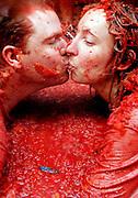 """V. 14. Valencia, 31/08/2005. Una pareja se besa durante la fiesta de la """"tomatina"""" de Buñol, Valencia, en la que cerca de 40.000 personas se han lanzardo durante una hora 120 toneladas de tomates maduros, una tradición que cuenta ya con 60 años de antigüedad. EFE/Kai Försterling."""