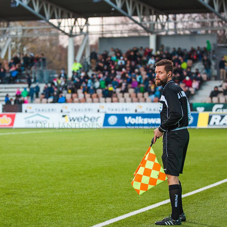 Avustava erotuomari Mikko Alakare Veikkausliigan ottelussa HJK-Ilves. Töölön jalkapallostadion, Helsinki, Suomi. 11.5.2017.