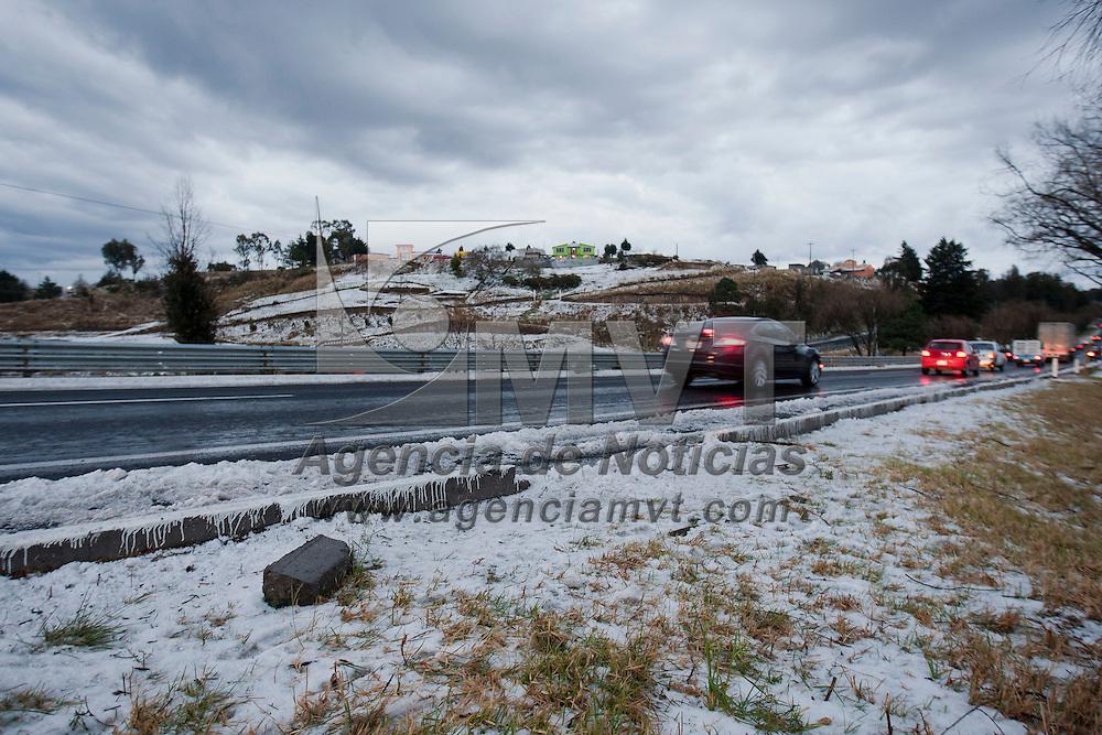 Almoloya de Juarez, Mexico.- Una capa de hasta 10 centimetros de granizo dejo esta tarde una intensa lluvia registrada sobre la carretera Atlacomulco Toluca entre los kilometros 21 y 30 generando multiples accidentes de los cuales dos personas resultaron lesionadas, fueron trasladadas por la ambulancia MEX-77 de Cruz Roja al Centro Medico ALM de Toluca. Agencia MVT / Mario Vazquez de la Torre. (DIGITAL)