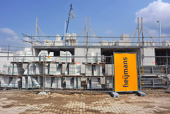 Nederland, Nijmegen, 28-4-2011Bouwvakkers zijn bezig met de eerste huizen in de nieuwe wijk Laauwik, onderdeel van de stadsuitbreiding van Nijmegen in Lent.Foto: Flip Franssen/Hollandse Hoogte