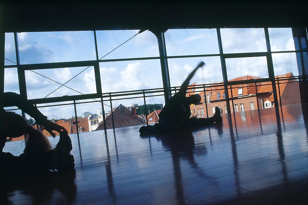 """Répétitions de danse Hip-Hop à l'Association """"Dans La Rue La Danse"""", Roubaix, Nord-Pas-de-Calais, France.<br /> Dancing repetitions of Hip-Hop at the studio of """"Dans La Rue La Danse"""", town of Roubaix, Nord-Pas-de-Calais region, France."""