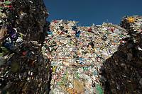 03 JAN 2012, BERLIN/GERMANY:<br /> Wertstoff Weissblech nach der Sortierung, Sortieranlage fuer Anfall / Wertstoffe aus der Gelben Tonne, Alba Recycling GmbH, Berlin-Mahlsdorf<br /> IMAGE: 20120103-01-027<br /> KEYWORDS: Wertstoffe, Recycling, Alba Group, Urban Mining, Gelber Sack, Gruener Punkt, Grüner Punkt, Duales System, Muell. Müll. Verwertung