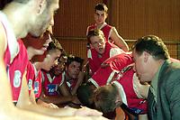 Basketball, BLNO Basketligaen 2000. Asker Aliens-Ulriken Eagels 15. november. David Swan gir Ulriken-spillerne instruksjoner.