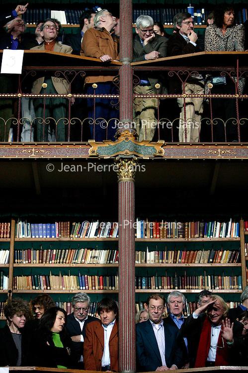Nederland. amsterdam.30 janauari 2004..Groepsportret in Rijksmuseum van schrijvers en andere medewerkers uitgeverij Bezige bij n.a.v.  60-jarig bestaan uitgeverij de Bezige Bij.