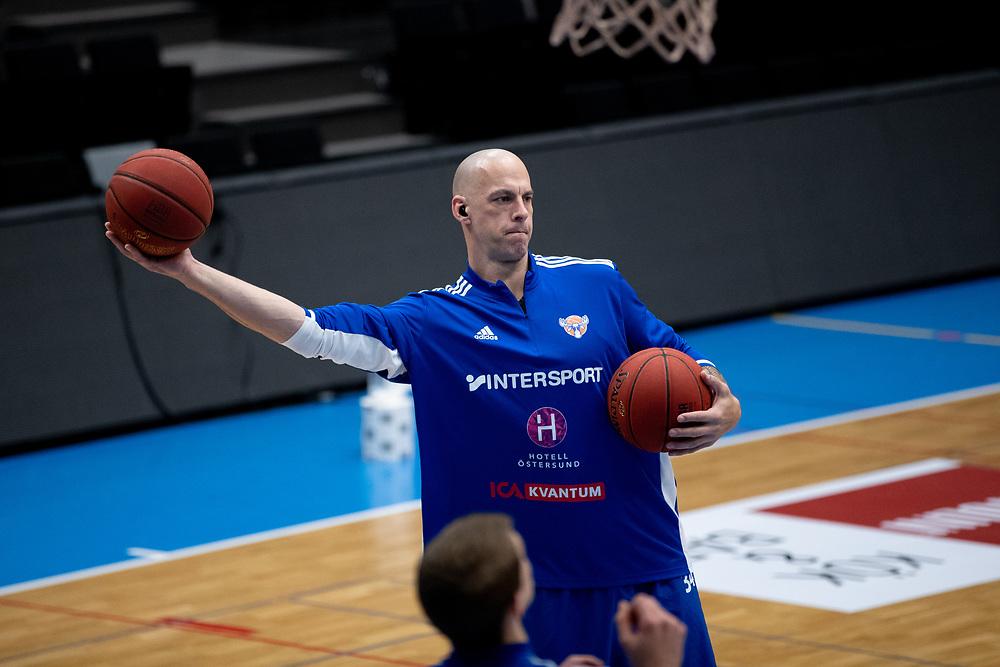 ÖSTERSUND 20210924<br /> Jämtlands RT Guinn värmer upp innan fredagens match i Basketligan mellan Jämtland Basket och Nässjö Basket i Östersunds Sporthall<br /> <br /> Foto: Per Danielsson/Projekt.P