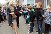 Prinses Maxima geeft aftrap voor de derde editie Week van het geld op de Mauritsschool in Rijswijk Het doel van 'Week van het geld' is om basisschoolleerlingen te leren omgaan met geld. <br /> <br /> Princess Maxima will start the third edition of the Week money on Mauritsschool in Rijswijk The purpose of the Week of money is for elementary school students to learn how to manage money.