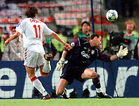 ◊Copyright:<br />GEPA pictures<br />◊Photographer:<br />Helmut Fohringer<br />◊Name:<br />Crespo<br />◊Rubric:<br />Sport<br />◊Type:<br />Fussball<br />◊Event:<br />UEFA Champions League Finale, AC Milan vs Liverpool FC<br />◊Site:<br />Istanbul, Tuerkei<br />◊Date:<br />25/05/05<br />◊Description:<br />Hernan Crespo (Milan), Jerzy Dudek (Liverpool)<br />◊Archive:<br />DCSFH-250505514<br />◊RegDate:<br />25.05.2005<br />◊Note:<br />DM/DM - Nutzungshinweis: Es gelten unsere Allgemeinen Geschaeftsbedingungen (AGB) bzw. Sondervereinbarungen in schriftlicher Form. Die AGB finden Sie auf www.GEPA-pictures.com. Use of pictures only according to written agreements or to our business terms as shown on our website www.GEPA-pictures.com