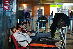 Passageiros esperam por informações de vôo no saguão do Aeroporto Internacional Salgado Filho, em Porto Alegre em 10 de junho de 2011. Os vôos domésticos e internacionais foram suspensos devido às cinzas vulcânicas da erupção do vulcão Puyehue, no Chile. FOTO: Jefferson Bernardes/Preview.com