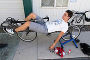 Sebastiaan Bowier stelt zijn trainingsfiets af bij het hotel in Battle Mountain, NV. <br /> <br /> Sebastiaan Bowier is adjusting his training bike at the hotel in Battle Mountain, NV.