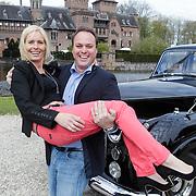 NLD/Haarzuilens/20120425 - Opening tentoonstelling Bruidjes van de Haar, Frans Bauer draagt partner Mariska Rossenberg op handen
