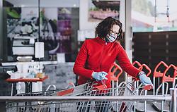 THEMENBILD - eine Mitarbeiterin desinfiziert einen Einkaufswagen in einem Baumarkt während der Corona Pandemie, aufgenommen am 14. April 2019 in Zell am See, Österreich // an employee disinfects a shopping cart in a Hardware Store during the Corona Pandemic in Zell am See, Austria on 2020/04/14. EXPA Pictures © 2020, PhotoCredit: EXPA/ JFK
