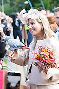 Koning Willem Alexander en Koningin Maxima brengen een streekbezoek aan Zuidwest‐Drenthe. // King Willem Alexander and Queen Maxima pay a regional visit to Southwest Drenthe.<br /> <br /> op de foto:  Koningin Maxima houd een papegaai vast van een bewoner van Meppel / Queen Maxima is holding a parrot from a resident of Meppel