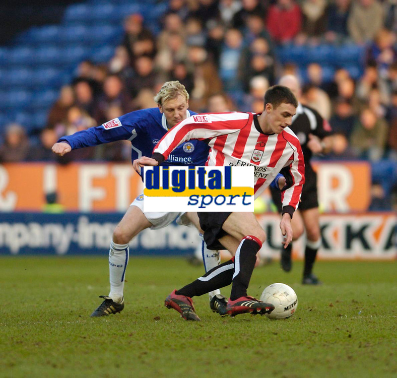 Photo: Leigh Quinnell.<br /> Leicester City v Southampton. The FA Cup. 28/01/2006.<br /> Leicesters Stephen Hughs battles with Southamptons Darren Potter.