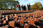 Nederland, Westerbork, 27-10-2005..Herinneringscentrum, nationaal monument kamp Westerbork bij Hooghalen. Een gids geeft uitleg aan een groep mensen. Voorlichting, informeren. Rode stenen symboliseren de 102.000 mensen die er gevangen hebben gezeten in de 2e, tweede wereldoorlog. Van hier werden de joden, Roma, Sinti, zigeuners, gevangenen op transport gezet en per trein naar de vernietigingskampen, concentratiekampen, van de Duitsers vervoerd. Doorgangskamp, gedenkteken, facisme, slachtoffers oorlog, Holocaust. Geschiedenis, historie. Nazi Duitsland, Hitler. Auslosung Juden...Foto: Flip Franssen/Hollandse Hoogte