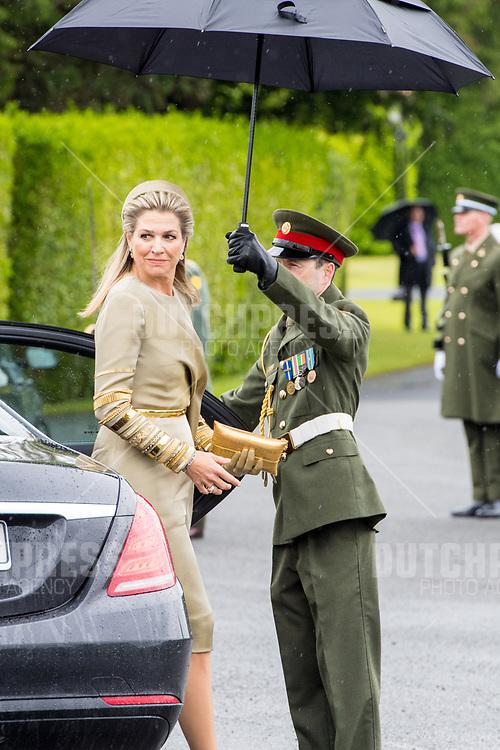 Koningin Maxima tijdens de Welkomstceremonie en het ontvangst in het Presidentieel Paleis Aras an Uachtarain in Dublin, op dag 1 van het 3-daags staatsbezoek van het Nederlands Koningspaar aan Ierland.