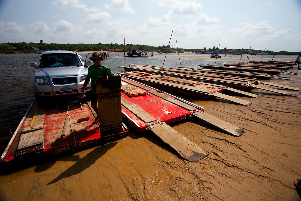 Natal_RN, Brasil...Travessia de mini-balsa sobre o rio Ceara Mirim, litoral Norte de Natal, Rio Grande do Norte...The small ferry boat in the Ceara Mirim river, Natal North Coast, Rio Grande do Norte...Foto: LEO DRUMOND / NITRO