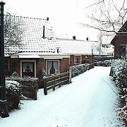 Besneeuwde Schipperstraat in Huizen