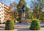 Rzeszów (woj. podkarpackie) 2018-10-11. Centrum miasta - pomnik Adama Mickiewicza  usytuowany przy skrzyżowaniu ulic Mickiewicza i Kreczmera.