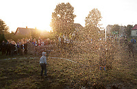 """28.08.2014 Krynki woj podlaskie Realizacja projektu Miroslawa Balki """" Beth Ha Kneseth. Reanimacja Wielkiej Synagogi """", spinajacego dwie imprezy, zakonczony wlasnie w Krynkach Trialog Bialoruski i rozpoczynajacy sie w Bialymstoku Wschod Kultury / Inny Wymiar. Przed wojna 90% mieszkancow miasteczka stanowili Zydzi. Projekt wybitnego rzezbiarza mial przywrocic godnosc tego miejsca, niegdys serca Krynek, oraz obudzic dla lokalnej spolecznosci pamiec o krynieckich Zydach N/z fontanna wody symbolizujaca oczyszczenie fot Michal Kosc / AGENCJA WSCHOD"""