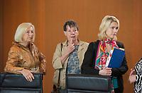 DEU, Deutschland, Germany, Berlin, 21.05.2014: <br />V.l.n.r. Bundesforschungsministerin Prof. Dr. Johanna Wanka (CDU), Bundesumweltministerin Dr. Barbara Hendricks (SPD), Bundesfamilienministerin Manuela Schwesig (SPD) vor Beginn der 17. Kabinettsitzung im Bundeskanzleramt.