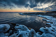 Is på stenar och klippa vid Ingarö i Stockholms skärgård
