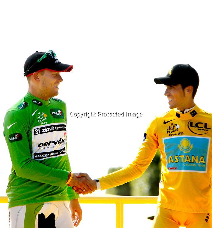 Frankrike.  Paris.  20090726. Thor Hushovd og sammenlagtvinner Alberto Contador på podiet i Paris...FOTO: DANIEL SANNUM LAUTEN