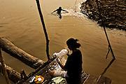 Colombia, Mocagua, 2010. La orilla. <br /> La actividad de los pueblos amazónicos se desarrolla, en su mayoría, en torno al agua. Las mujeres más jóvenes acuden a lavar la ropa;  los más pequeños esperan refrescándose en el río.  Con los brazos y a pulmón libre, fácilmente se pueden recorrer kilómetros bajo el agua; pero en la tupida selva el desplazamiento se torna complicado. Para llegar desde Mocagua hasta Leticia, la capital, es necesario navegar el Amazonas un par de horas.  <br /> <br /> The shore. <br /> The activity of the amazonian towns is mainly focused around the water. The youngest women go there to wash the clothes; the children cool off and refresh in the river.  With your arms and holding your breath for a while you can travel a few kilometers on this plentiful river; but in the dense forest the displacement becomes complicated. In order to travel from Mocagua to Leticia, the capital, is necessary to sail for a couple of hours along the Amazon.