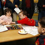 Heropening peuterspeelzaal AZC Crailo Laren, allochtonen, kind, kinderen, spelen, tekenen, schilderen