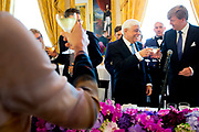 Officieel bezoek president Griekenland aan Nederland. Koning Willem-Alexander en Koningin Máxima de president en zijn echtgenote met een welkomstceremonie bij Paleis Noordeinde in Den Haag.<br /> <br /> President official visit to Greece Netherlands. King Willem-Alexander and Queen Máxima of the President and his wife with a welcome ceremony at Noordeinde Palace in The Hague.<br /> <br /> Op de foto / On the photo:  Koning Willem-Alexander en Koningin Máxima met de president van de Helleense Republiek, Prokopis Pavlopoulos en zijn vrouw Vlasiá Pavlopoulou tijdends de lunch<br /> <br /> King Willem-Alexander and Queen Máxima of the President of the Hellenic Republic, Prokopis Pavlopoulos and his wife Vlasiá Pavlopoulou during the lunch