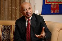 10 NOV 2006, BERLIN/GERMANY:<br /> Shri Sushil Kumar Shinde, Minister für elektrische Energie Indien, waehrend einem Interview, Residenz des Indischen Botschafters in Berlin<br /> IMAGE: 20061110-01-005<br /> KEYWORDS: Energieminister