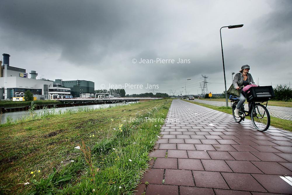 Nederland, Diemen , 19 juni 2014.<br /> De sluiting van de Overdiemerweg (beter bekend als Nuonweg) lijkt onoverkomelijk. Maarten van de Poelgeest, inmiddels ex-wethouder, schrijft dit in aan brief aan de Amsterdamse raad naar aanleiding van een gesprek met de Diemense wethouder Scholten.<br /> De Nuonweg zou volgens de afspraken gesloten worden zodra de Oostelijke Ontsluitingsweg IJburg (OOIJ) per 25 juli wordt geopend. Zowel de Amsterdamse politiek, Muiden, bewoners van IJburg en ondernemers van de Maxis pleitten voor het (eventueel tijdelijk) openhouden van de weg.<br /> Foto:Jean-Pierre Jans