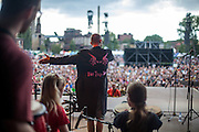 """Sozialpädagoge und Kapellenmeister Simon Ornest dirigiert """"The Tap Tap"""" während dem Auftritt beim Festival """"Colors of Ostrava 2013"""". """"The Tap Tap"""" ist eine bekannte und sehr erfolgreiche tschechische Formation mit überwiegend behinderten und auch nicht behinderten Musikern, gegründet 1998 von dem Sozialpädagogen Simon Ornest."""