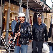 Lionel Richie winkelend in Dolce & Gabanna winkel PC Hoofdstraat Amsterdam met blondine