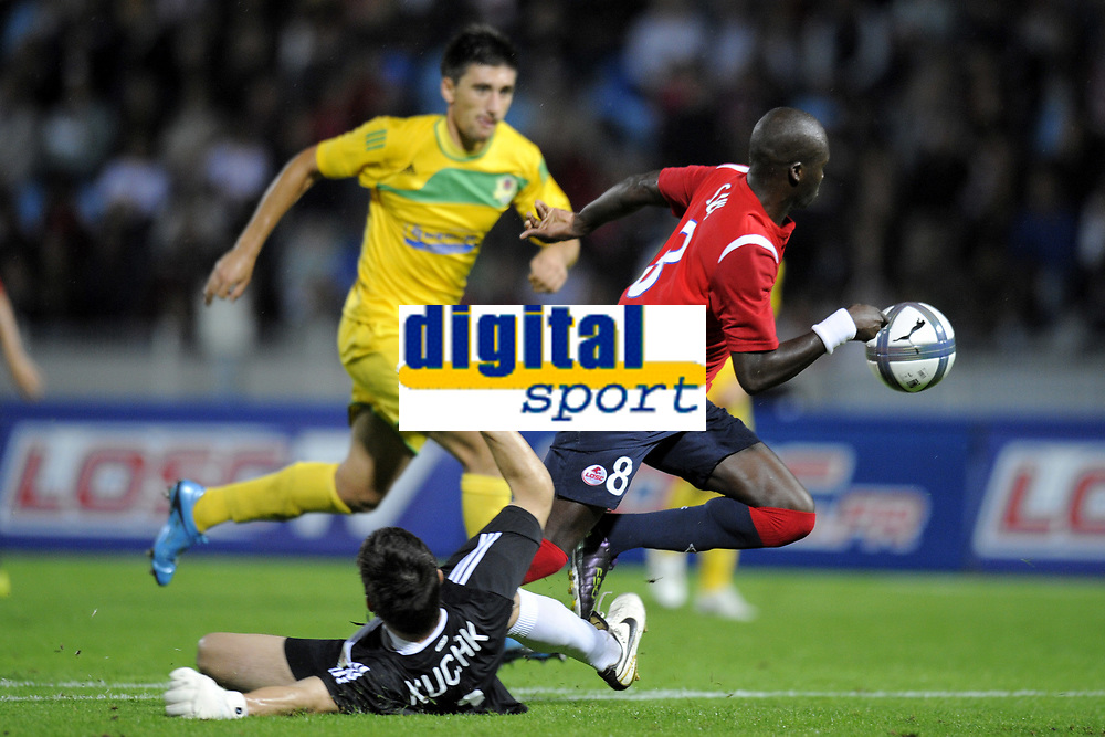 FOOTBALL - UEFA EUROPA LEAGUE 2010/2011 - PLAY OFF - 2ND LEG - LILLE OSC v FC VASLUI - 26/08/2010 - PHOTO JEAN MARIE HERVIO / DPPI - MOUSSA SOW (LOSC) / DUSAN KUSIAK (FCV) / PENALTY FOUL