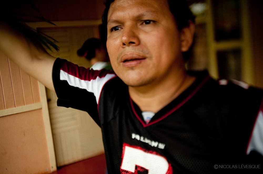 Alberto Villanueva a eu un accident de travail et a subi une opération au dos. Il ne peut plus travailler et la compagnie ne lui donne rien. Monocultures d'ananas de la multinationale Del Monte. Buenos Aires, Costa Rica 2010.