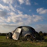 Frankrijk - Jeantes - 29-09-2009<br /> Oude volkswagen kever in landschap .<br /> De kever is door de jaren volgegroeid met planten.<br /> Foto: Sake Elzinga